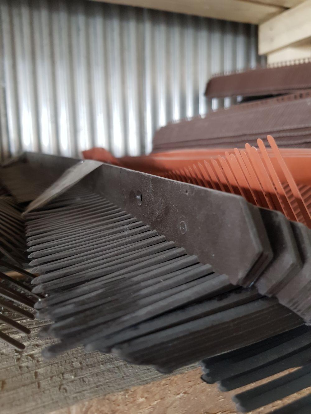 Cserép kieg. Szellőzőléc / Lezárófésű műanyag 1m Antracit BAUplaza Kft.