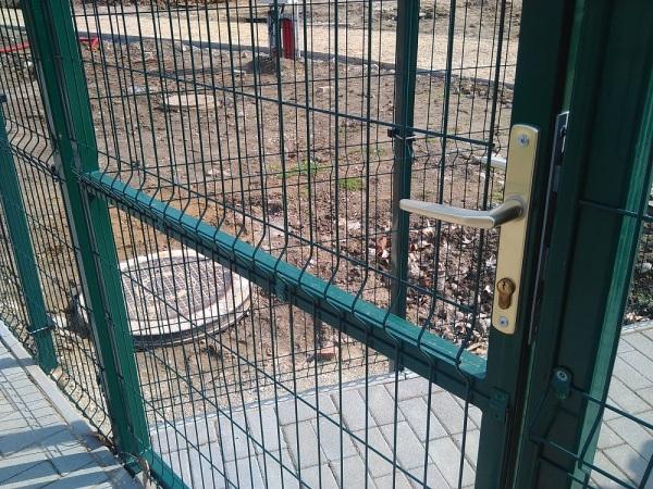 ECO, Egyszárnyú bejárati kapu, zöld, RAL6005, 150 x100cm, táblás betéttel. BAUplaza Kft.
